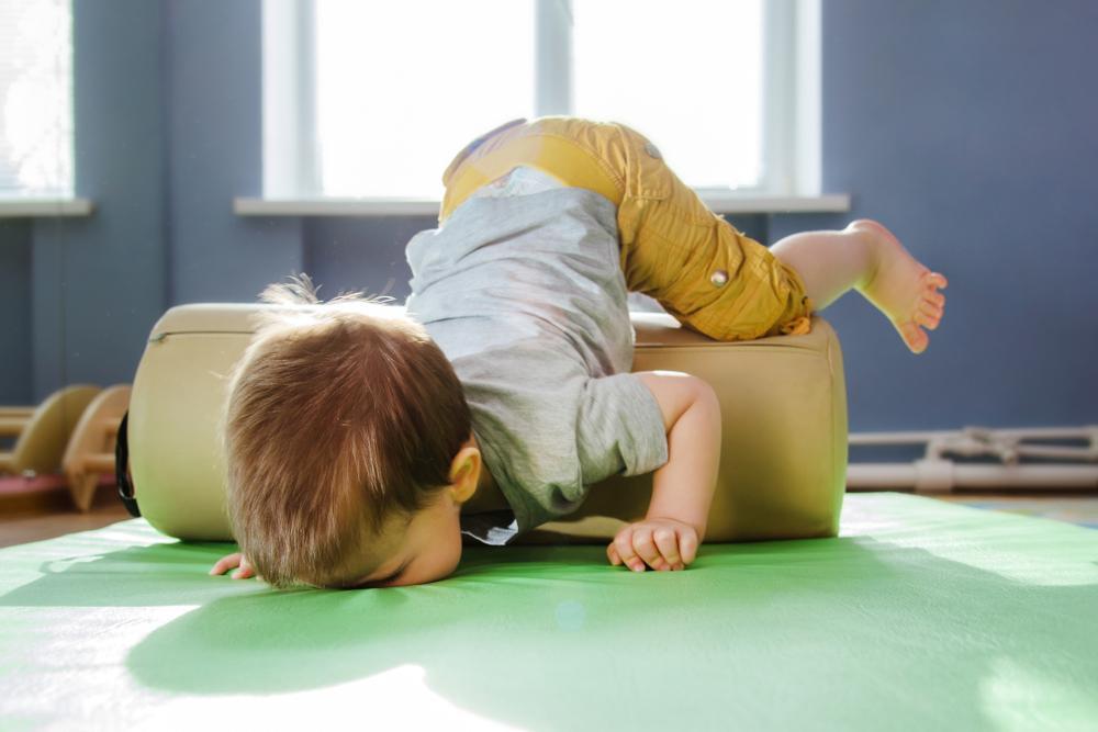 ميل الطفل للنوم بعد السقوط الأسباب وأهم الإحتياطات